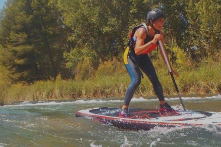 SUP en ríos - Chica sobre tabla